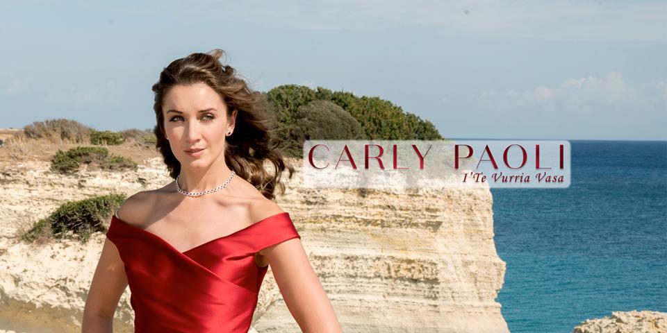 """Carly Paoli, la cantante anglo salentina canta """"I' Te Vurria Vasà"""" che celebra il suo Amore per il Salento"""
