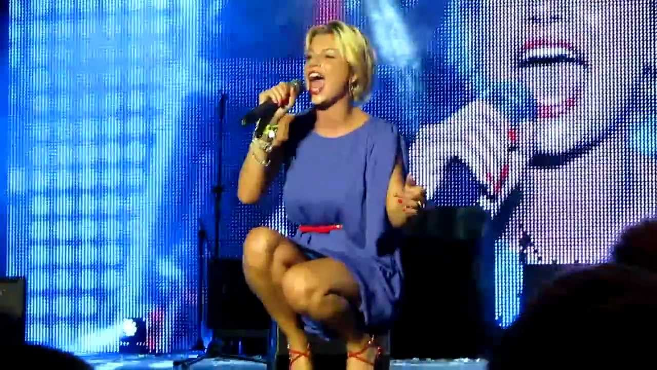 """EMMA MARRONE canta """"CERCAVO AMORE"""" nella sua Lecce"""