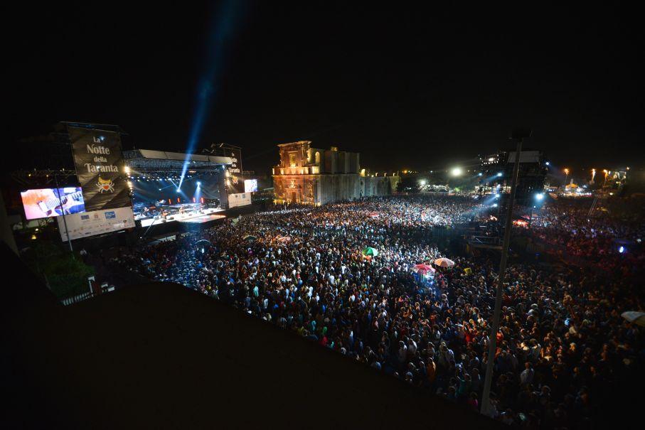 """La Notte della Taranta 2000 e la nascita del """"Festival itinerante"""""""