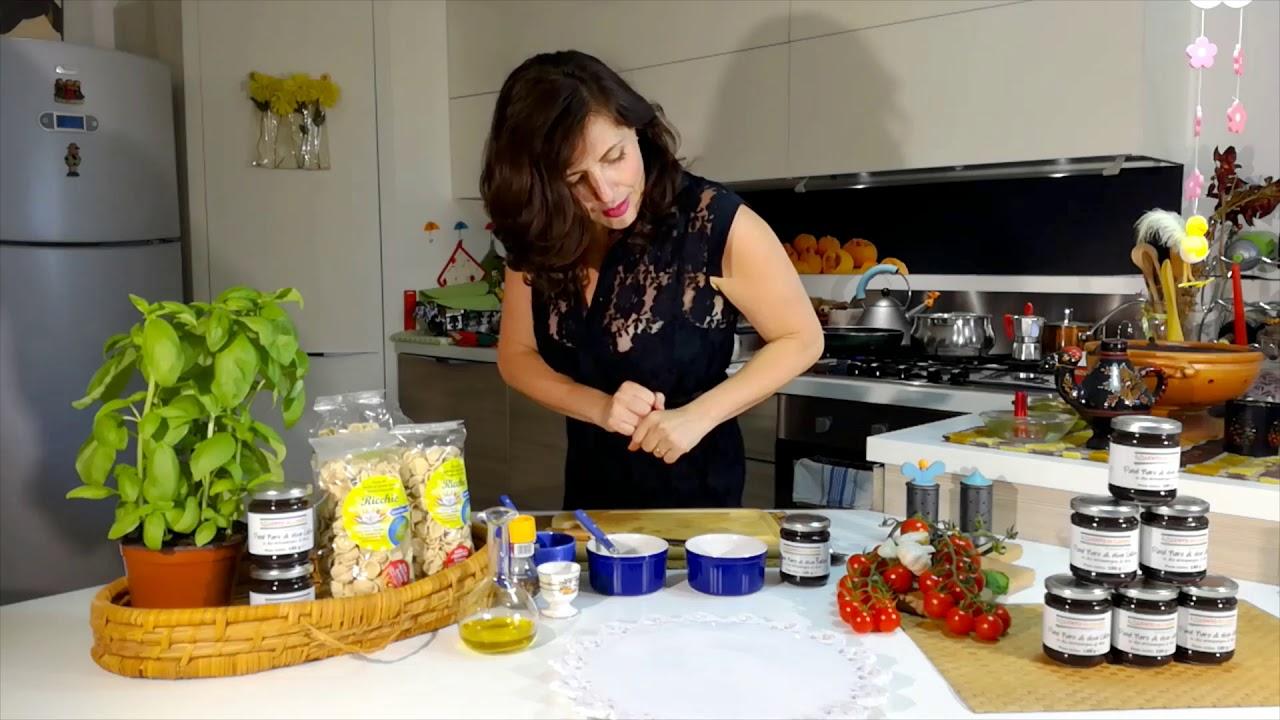 la ricetta delle ricchie con patè di olive nere e pomodoro ciliegino