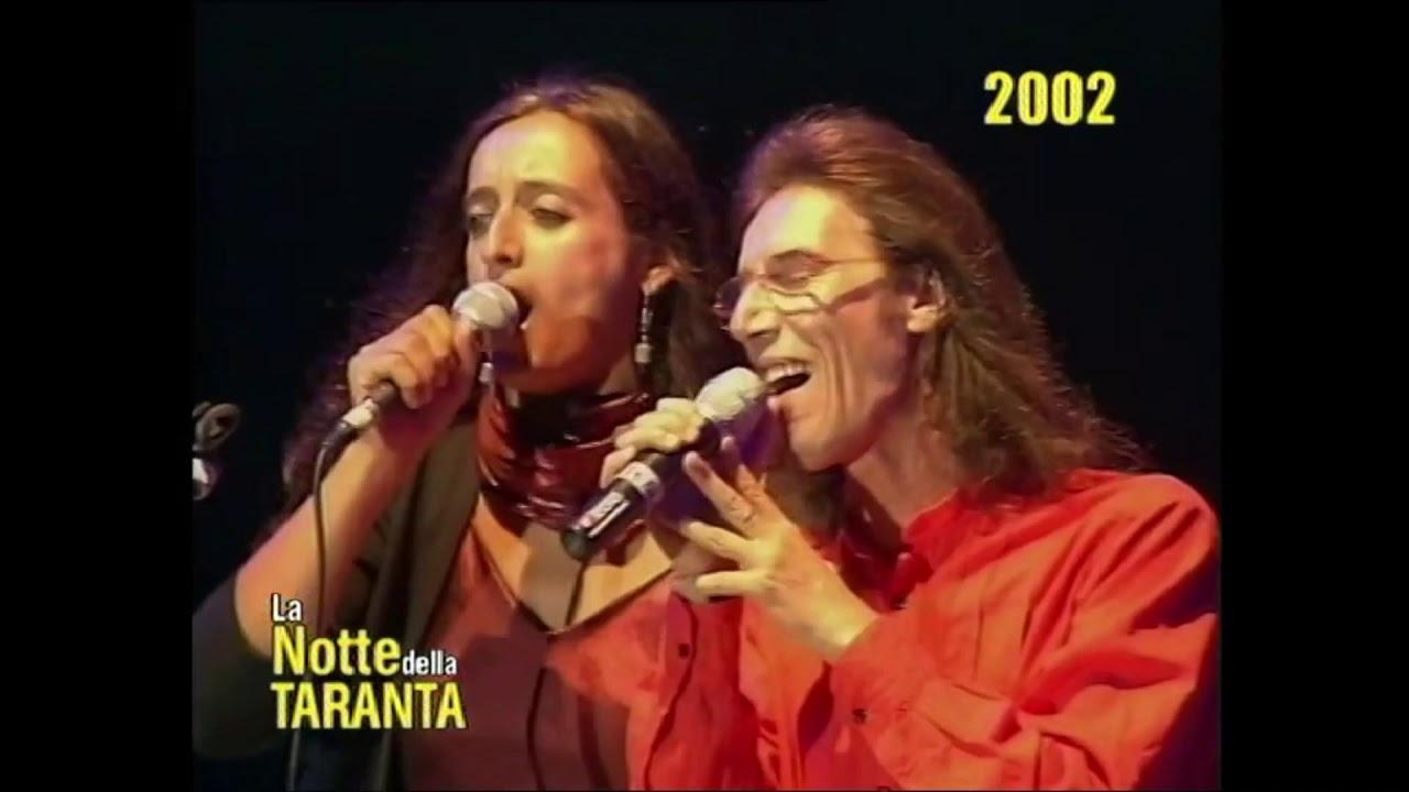 """ANDREA PARODI dei Tazenda """"Lu rusciu te lu mare"""" alla Notte della Taranta 2002"""