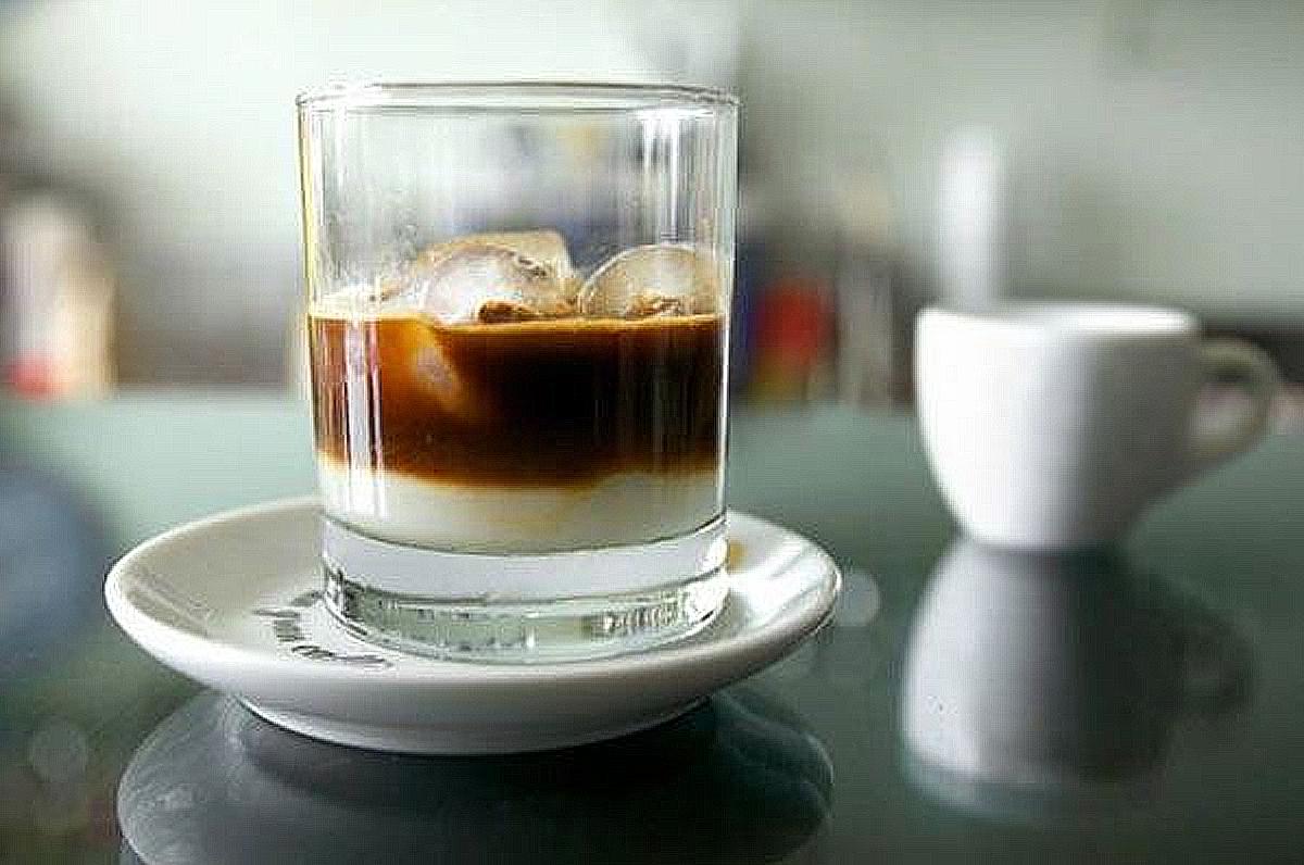 La preparazione della spuma fredda al caffè con latte di mandorla in Salento