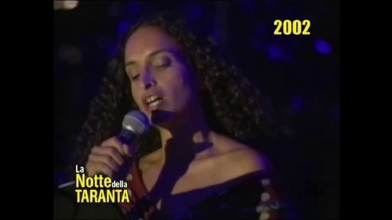 """NOA canta la """"Ninna nanna in Griko"""" alla Notte della Taranta 2002"""