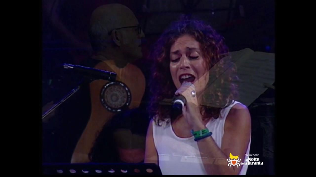 "SAVINA YANNATOU canta ""Aremu"" alla Notte della Taranta 2010"