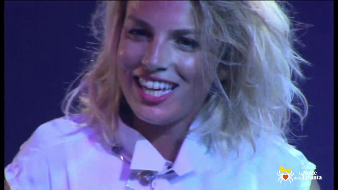 """EMMA MARRONE canta """"La zitella"""" alla Notte della Taranta 2013"""