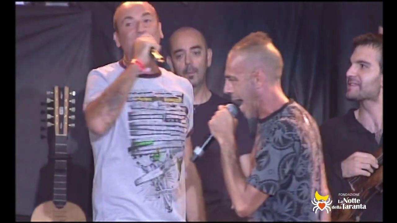 """SUD SOUND SYSTEM cantano """"Saietta"""" alla Notte della Taranta 2011"""