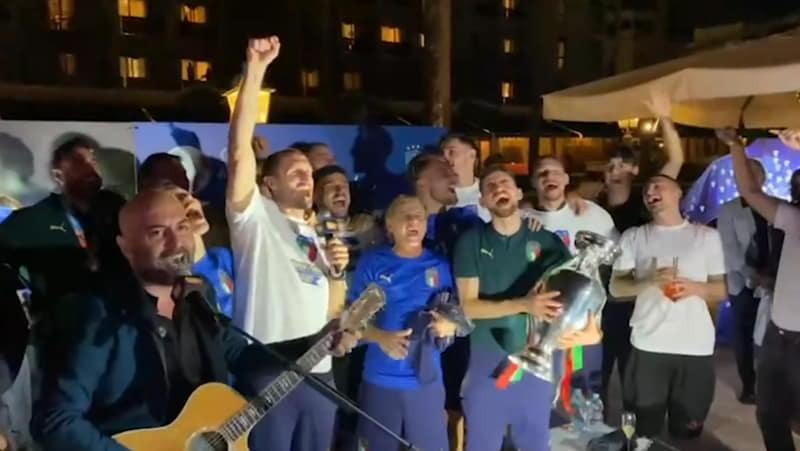 Festa degli Azzurri: la squadra canta 'Notti magiche' ed altre canzoni con Giuliano Sangiorgi